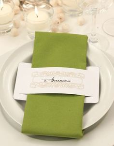 Name cards for the wedding - 92 examples & inspirations - Wanderlust Decoration Communion, Wedding Name Cards, Napkin Folding, Clothing Hacks, Deco Table, Stamping Up, Tablescapes, Napkin Rings, Party Time