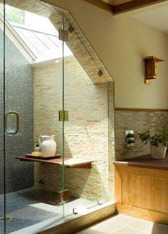Une douche italienne fermée par une porte en verre. Ouverte sur ciel!!!