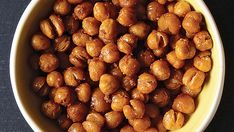 Looking for a sweet but healthy snack? These crunchy chickpeas fit the bill. They don't stay as crisp once cooled, so they're best eaten warm. Chamorro Recipes, Spicy Recipes, Clean Recipes, Appetizer Recipes, Appetizers, Hungry Girl Diet, Hearty Chili Recipe, Crunchy Chickpeas, Healthy Snacks