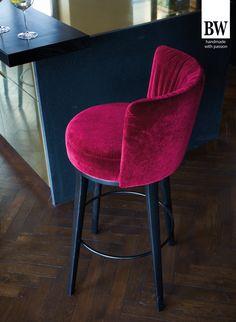 DINING I Bielefelder Werkstätten - Im Essbereich kommt die Familie zusammen, hier trifft man sich mit Freunden. Bequem gepolsterte Diningmöbel gestalten den Raum einladend und gemütlich. // The dining area is where the family gets together, this is where you meet with friends. Comfortably upholstered dining-room furniture makes the room inviting and cosy.   #diningmöbel #inspiration #interiordesign #wohndesign #wohnen #home #welcomehome #dining  esszimmer essbereich esszimmermöbel… Dining Room, Dining Table, Living Furniture, Upholstered Chairs, Bar Stools, Cocktails, Inspiration, Home Decor, Tall Dining Table