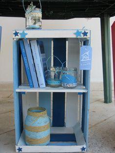 una mensola, un elemento libreria fatto da me..riciclando cassette della frutta. www.acasadiro.com