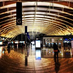 Shanghai Pudong International Airport (PVG) (上海浦东国际机场) One of the most confortable Airport I passed through in my travels