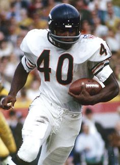 Bears The only player in NFL history to get in the Hall of Fame in 6 seasons. All he needed was 18 inches of space and he would score from anywhere on the field. Nfl Football Players, Bears Football, Football Art, College Football, Best Running Backs, Gale Sayers, Nfl Hall Of Fame, Nfl History, Black History