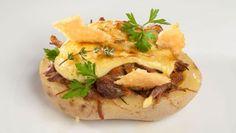 Bruno Oteiza nos sorprende con unas patatas rellenas de muslos de pato y mahonesa casera de aguacate. Para acompañar, galletas crujientes de queso parmesano.