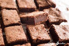 Sur un malentendu, j'ai fait un gâteau fondant au chocolat de DINGUE : pas trop sucré, ni trop gras ! La texture est fondante à souhait... Bref, un DELICE ! Banana Bread, Biscuits, Cooking Recipes, Sweets, Candy, Chocolate, Eat, Food, Brownie