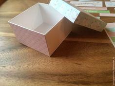 Если вы до сих пор ломаете голову как поздравить коллег с 8 марта, то возможно, идея мини-подарка вам понравится. Эта бонбоньерка сочетает в себе и букет, и поздравление, и маленький презент! Коробочка на фото размерами 6,5 * 6,5 и высотой 4 см. В неё влезает 3 конфетки 'Рафаэлло'. Для создания коробочки нам понадобятся: бумага плотностью 180…