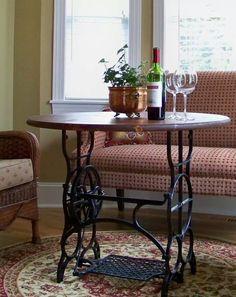 Mesa feita com pé de máquina de costura