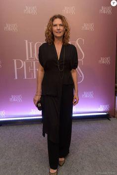 Patricia Pillar escolheu macacão preto soltinho e com a cintura marcada para o lançamento da série 'Ligações Perigosas', nesta quarta-feira, 16 de dezembro de 2015