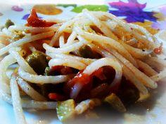 Rice and quinoa homemade spaghetti with tomatoes and green olives - Spaghetti di riso e quinoa homemade con pomodorini pachino e olive verdi