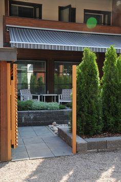 Ennen | Jälkeen: Piha ilman nurmikkoa - Puutarhasuunnittelu Puksipuu Garden Design, Pergola, Outdoor Structures, Outdoor Decor, Lawn, Home Decor, Gardens, Outdoors, Flowers