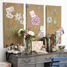 Cuelgue dos o tres placas cubiertas en la pared detrás de su escritorio o mesa.