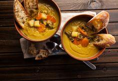 O tempo frio pede comida de conforto, saída de tachos fumegantes e vertendo em taças acolhedoras. Se há uma imagem de aconchego à mesa, é a de uma sopa nutritiva. Ficam estas sugestões de produção muito simples.