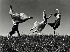 ∴ Trios ∴ the three graces & groups of 3 in art and photos - Bewegung Poesia Visual, Dance Movement, Jumping For Joy, Lets Dance, Dance Photography, Photography Portraits, Photography Flowers, Artistic Photography, Vintage Photography