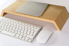 Debido a la buena respuesta con respecto a nuestro último expositor hemos decidido crear un soporte de exhibición especialmente para el iMac 23. Y seguro que nos hemos hecho fuerte y estable así que puede apoyar el peso de cualquier otro tamaño de pantalla. Estamos muy orgullosos de decir