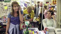 """Filmtip: Ellis (Linda de Mol) is een alleenstaande gescheiden moeder die de eindjes maar moeilijk aan elkaar weet te knopen. Als er op een dag in het hotel waar ze werkt de beroemde Joan Collins aanwezig is om een cursus """"Hoe versier ik een miljonair?"""" te geven, komt haar leven in een grote stroomversnelling terecht... Kijk terug bij NLziet: https://www.nlziet.nl/i/AT_2062201?code=Pin_NPO"""