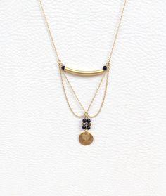 Sautoir d'inspiration Tribal, Pieces Or mat avec Perles Noires et cuivrées : Collier par les-bijoux-de-pomponette