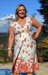 Vestido em malha Viscolycra com estampa barrada em flores corais que é forte tendência para a moda Plus Size deste verão.  Aposte nas blusas e vestidos transpassados. Eles marcam a cintura e se ampliam na altura do quadril, disfarçando a barriga.