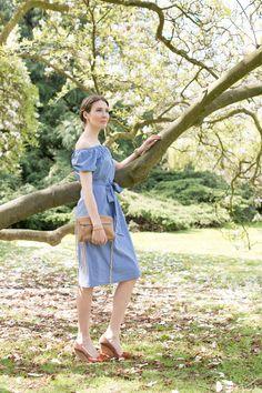 Outfit: Zara Off-Shoulder Dress | Mood For Style - Fashion, Food, Beauty & Lifestyleblog | Outfitpost mit einem schulerfreien Kleid / Off Shoulder Kleid von Zara, einer Tasche von Rebecca Minkoff, Keilabsatz Schuhen von Lanvin und Armschmuck von Bronzallure.