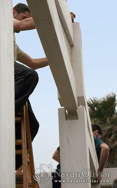 Ensamble de estructura realizada en vigas de madera laminada.  NavarrOlivier.com