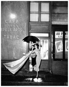 Suzy Parker en el Café des Beaux-Arts (París), con vestido de chiffon de Pierre Balmain. Fotografía de Richard Avedon - 1956