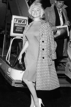 of Marilyn Monroe Doing Normal People Things - Rare Photos of Marilyn Monroe Doing Normal People Things - - MARILYN MONROE 15 Photos That Prove Marilyn Monroe Was, Is, and Always Will Be the Ultimate Style Icon Photo In this May 1962 public Marilyn Monroe Outfits, Style Marilyn Monroe, Marilyn Monroe Photos, Marilyn Monroe Movies, Emilio Pucci, Estilo Glamour, Star Fashion, Fashion Tips, Women's Fashion