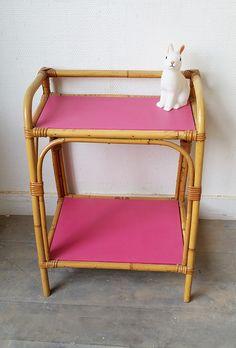 Un petit chevet en rotin très coloré ! www.monpetitmeuble.com