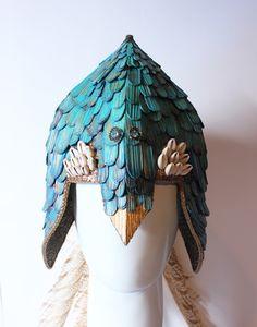 Ateliê Duas Coroas - Capacete para Gongobila (Logun Edé), confeccionado em folhas de palmeira desidratadas e resinadas. Pintura artística, miçangas multicoloridas, búzios grãos e mica e penas de faisão.