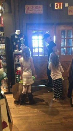 Keith Urban and Sunday Rose and Faith Margaret at Cracker Barrel