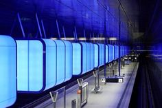 Hafencity Universität – Hambourg Hafencity Universität est une station de métro situé dans le quartier universitaire de Hambourg (Allemagne). La rénovation de cet espace à été conçu par le cabinet Munichois Raupach Architekten et éclairé par la société Pfarre. Entre autre ces boites à lumière de 6.5 mètres x 2.8 mètres rétro-éclairées par des barres de Led RVB. A découvrir en images dans la suite de l'article en cliquant sur la photo.