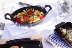 Bardzo praktyczna patelnia do zapiekania i serwowania pozwala na tworzenie czasem prostych, a czasem wytwornych dań. Żeliwo marki Staub pięknie prezentuje się na stole.  #staub #castiron #enameled #cast #iron #cookware #pan #dish #ovaldish #kitchen #cooking