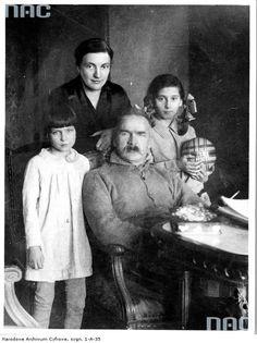 Józef Piłsudski w otoczeniu rodziny. Widoczne od lewej: córka Jadwiga, żona Aleksandra, córka Wanda, 19301933.  http://www.audiovis.nac.gov.pl/obraz/11443/2f726536d4087973a409af1f5da449f4/