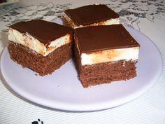 Vejce ušlehat s cukrem, přidat olej, vodu, mouku, prdop, kakao. Péct na 180°C. Tvaroh vyšlehat s máslem, moučkovým a vanilkovým cukrem. Rozetřít na vychladlý korpus. A nahoru čokoládovou polevu.