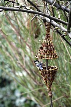 Willow Weaving, Basket Weaving, Deco Nature, Basket Crafts, Bird Boxes, Newspaper Crafts, Weaving Art, Garden Ornaments, Nature Crafts