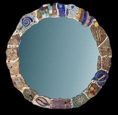 Specchi incantevoli, pezzi unici, creati in ceramica raku, con inserimenti tra i  più vari: vetri, bottoni, swarovski, pietre dure, e altro…per incantarsi…e incantare.