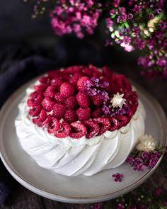 """••✶🧁𝒸𝑜𝑜𝓀𝒾𝓃𝑔 𝒾𝓈 𝒸𝒶𝓇𝒾𝓃𝑔 ✶•• on Instagram: """"🌺 P a v l o v a 🌺 Grande première pour moi ! Garnie avec une chantilly et un curd au citron très peu sucrés, et beaucoup de fruits. Au…"""" Homemade Pastries, Raspberry, Fruit, Cake, Desserts, Instagram, Food, Lemon, Sugar"""