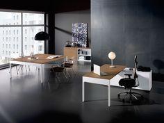 Muebles de oficina modernos de la serie Lancewood con acabados en madera natural, diseñados por dorigo design. Mueble moderno para despachos direccionales.