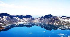 """Η λίμνη Tianchi ή Chonji βρίσκεται στην κορυφή του βουνού Baekdu στη βόρεια Κορέα και είναι γνωστή με την κοινή ονομασία """"Lake Heaven"""", επειδή οι ντόπιοι πιστεύουν ότι η θέση της αποτελεί τρόπον τινά την είσοδο στον Παράδεισο!Πρόκειται για τη βαθύτερη..."""