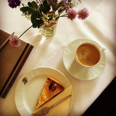 Enjoying a small coffee break at Schloß Freudenberg. ☀️ #instagood #instadaily #instacoffee #coffee #walnut #cake #schlossfreudenberg #wiesbaden #photo #good #food #flower #kaffee #kuchen #kaffeeundkuchen #blumen #foto #pause
