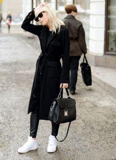 Sneakers bianche con maxi coat nero