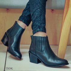 Sexta feira pede uma bota incrível. O nosso modelo ankle boot além de lindo é confortável. Combine com calça skinny que não tem como errar #universotok