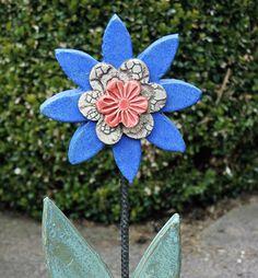 Keramik-Blume. Blüte und Blatt aus frostfester Keramik von Hand liebevoll modelliert und glasiert. Der Stängel ist ein Eisenstab der im Laufe der Zeit eine dekorative Rost-Patina bekommt. Der...