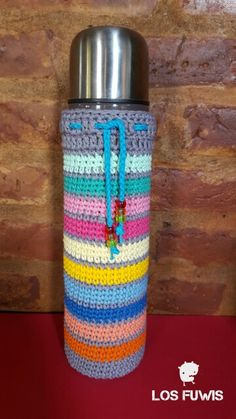 Funda para termo Crochet Home, Diy Crochet, Crochet Crafts, Crochet Projects, Crochet Designs, Crochet Patterns, Bottle Cover, Diy Candles, Bottle Holders