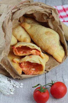 Panzerotti con pomodoro e mozzarella Aperitivos Finger Food, Focaccia Pizza, Quiche, I Love Food, Mozzarella, Soul Food, Street Food, Italian Recipes, Vegetarian Recipes
