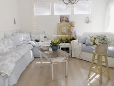 Shabby chic home-country cottage style