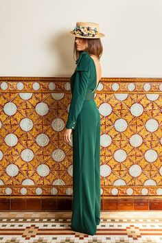 long green dress for wedding guest with floral hat Bodas Boho Chic, Winter Dresses, Summer Dresses, Dresses Dresses, Green Wedding Dresses, Wedding Guest Looks, Boho Wedding Guest Outfit, Princess Wedding, Party Fashion