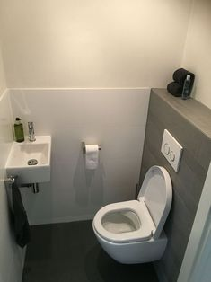 Moderne Toilette v & b - - - Badezimmer - Renovieren Cloakroom Toilet Downstairs Loo, Bathroom Under Stairs, Bathroom Layout, Modern Bathroom Design, Bathroom Interior, Bathroom Ideas, Small Toilet Room, Small Bathroom, Bathroom Black