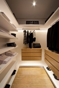 45 Walk in Closet Ideas and Organizer Design For Your Room. Incredible Small Walk in Closet Ideas Walk In Closet Small, Walk In Closet Design, Bedroom Closet Design, Closet Designs, Home Bedroom, Walking Closet, Bedroom Wardrobe, Wardrobe Closet, Dressing Room Closet