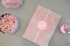 Doorzichtig zakje met een lintje en stickertje, gevuld met doopsuiker en gepofte witte rijst! #geboorte #meisje #doopsuiker www.yellowsky.be