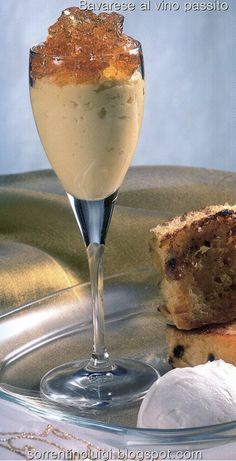 La bavarese al vino passito  e' un dolce al cucchiaio dal sapore molto delicato e dalla consistenza simile a quella di un budino. Facilissimo da preparare e' un dolce che può essere preparato in un unico stampo grande  per poi essere tagliato a fette o come in questo caso in flute ecco le dosi e la preparazione,  http://sorrentinoluigi.blogspot.com/2014/06/bavarese-al-vino-passito.html Buona giornata