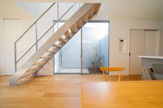 階段:鉄骨造作階段 壁を高くしてプライバシーを保った中庭とあわせました。 Stairs, Home Decor, Stairway, Decoration Home, Room Decor, Staircases, Home Interior Design, Ladders, Home Decoration